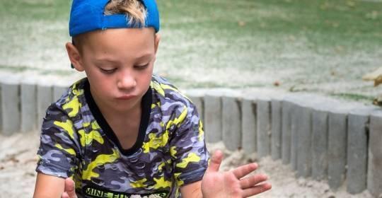 Afbeelding van een kind dat aan het rodelen is op een zelfgemaakte baan